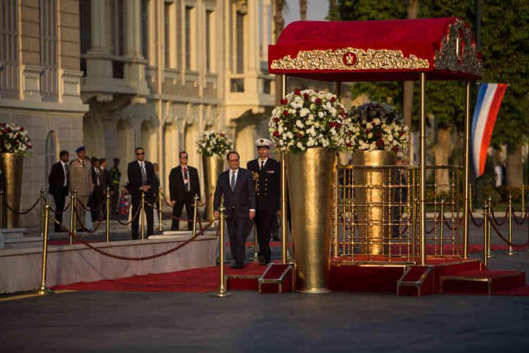 François Hollande et le président égyptien, Abdel Fattah Al-Sissi, arrivent au palais de Qubbah, auCaire, dimanche 17 avril.