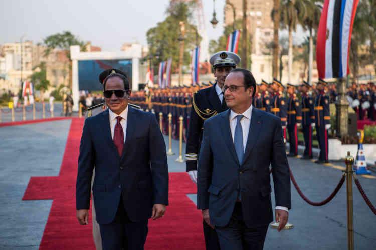 Le président égyptien, Abdel Fattah Al-Sissi, et François Hollande marchent devant la garde républicaine, auCaire, dimanche 17 avril.