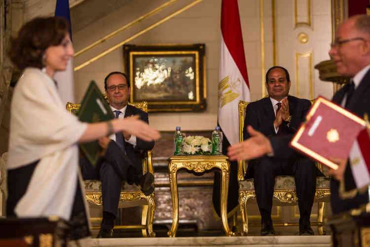 Signature des contrats entrel'Egypte etla France, auCaire, dimanche 17 avril. François Hollande et son homologue observent les signatures. Ici, à gauche, la ministre de la culture française, Audrey Azoulay.