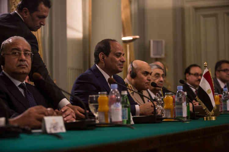 Le président égyptien, Abdel Fattah Al-Sissi, au centre, lors de l'entretien avec François Hollande, au Caire, dans le palais de Qubbah, dimanche 17 avril.