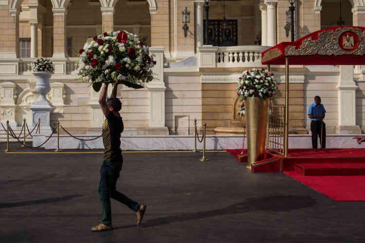 Dans le palais de Qubbah –résidence privée qui sert pour les réceptions et les visites officielles–, au Caire, les employés préparent le parvis qui accueillera le président français, François Hollande, et le président égyptien, Abdel Fattah Al-Sissi, dimanche 17 avril.