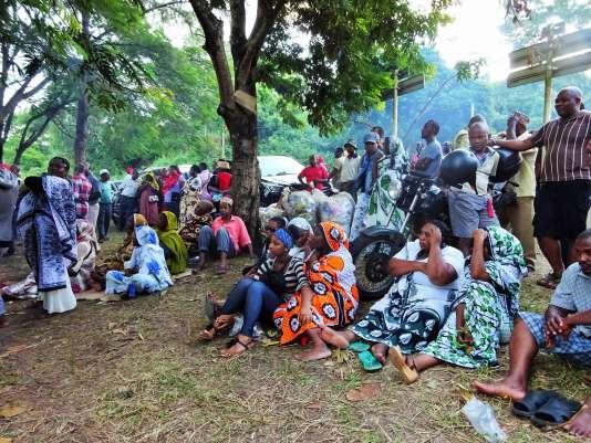 Des personnes écoutent des propositions de grève générale à M'tsamoudou le 16 avril 2016.