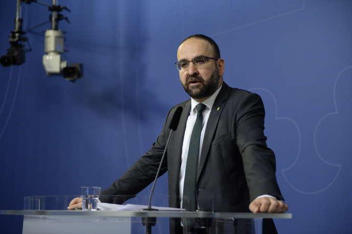 L'ancien ministre du logement Mehmet Kaplan, lors d'une conférence de presse pour confirmer sa démission, le 18 avril 2016 à Stockholm.
