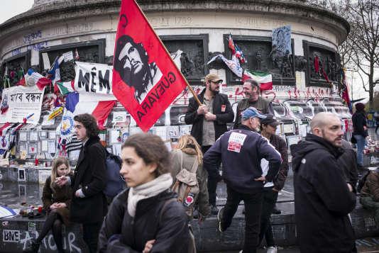 Depuis le 31 mars, la place de la république est occupée par un mouvement citoyen et indépendant Nuit Debout.