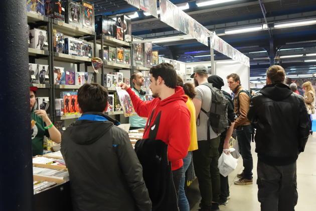 Un stand de vente de comics.