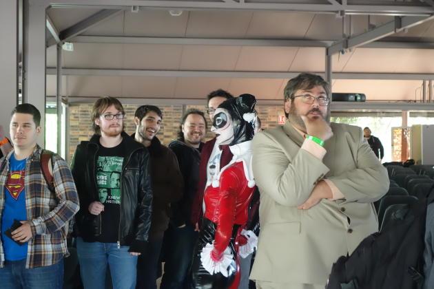 Le scénariste Paul Dini avec une participante déguisée en Harley Quinn, l'un de ses personnages.