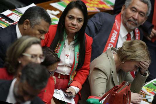 Des membres du Parti des travailleurs lors du vote sur la destitution de Dilma Rousseff à la Chambre des députés, le 17 avril.
