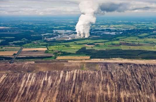 Vue aérienne de la station allemande Jaenschwalde et d'une mine de lignite exploitée par le fournisseur d'énergie suédois Vattenfall.