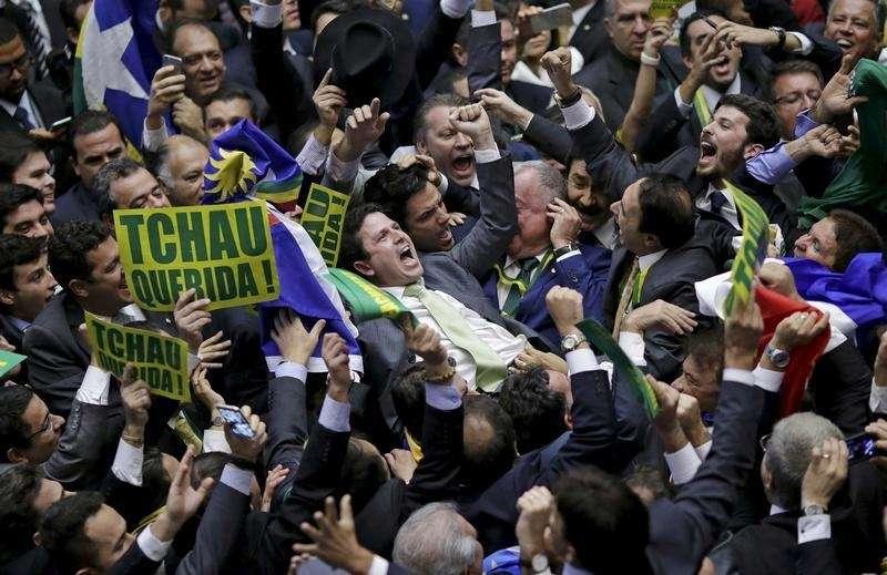Des députés célèbrent le vote pour la destitution de Dilma Roussef, dans la soirée du 17 avril.