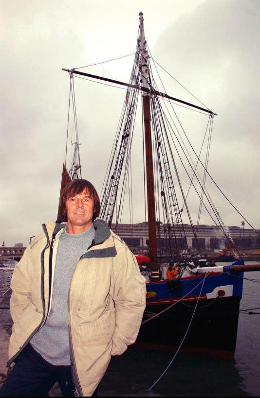 Devant le célèbre voilier Fleur de Lampaul, Le 15 janvier 2002, lors du lancement de l'association SOS Planète Eau.