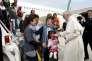 Le pape François avec les réfugiés syriens arrivés avec lui de Lesbos, à l'aéroport Ciampino de Rome, le 16 avril 2016.