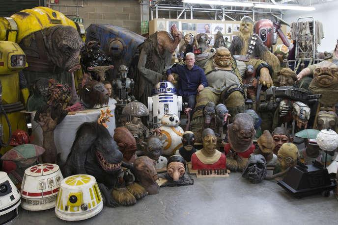 Neal Scanlan, à droite de la photo, entouré des multiples créatures auxquelles il a donné, ou redonné vie dans