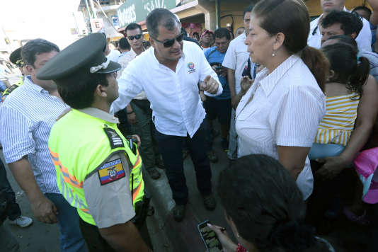 Le président équatorien Rafael Correa visite une zone sinistrée par le séisme du 16avril.