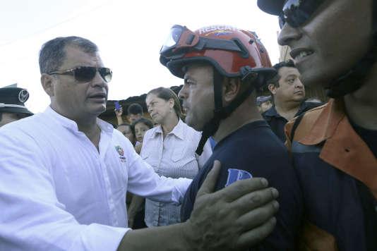 Le président équatorien Rafael Correa, en visite mardi 19 avril à Montecristi, une des villes de la côte pacifique frappée par le violent séisme du 16 avril.