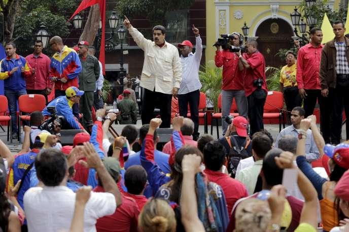Le président du Venezuela, Nicolas Maduro, salue ses partisans lors de son arrivée à un rassemblement destiné à célébrer l'anniversaire de la déclaration d'indépendance, à Caracas, mardi 19 avril.