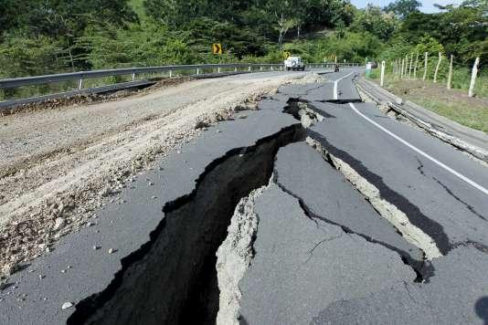 Une route détruite par le séisme à Jama, en Equateur, le 18avril.