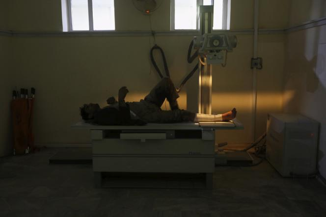 Un blessé reçoit des soins dans un hôpital de Kaboul après l'explosion d'une voiture piégée, le 19 avril.