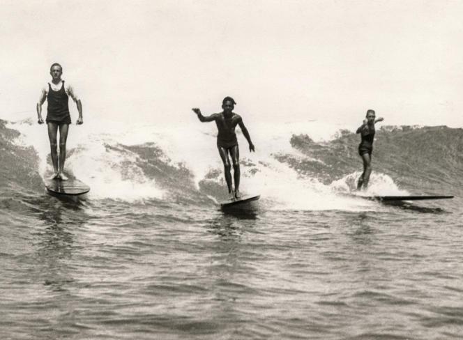 Surfers à Waikiki, vers 1907.
