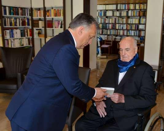L'une des deux photos de la rencontre entre Viktor Orban et Helmut Kohl diffusée mardi 19 avril.