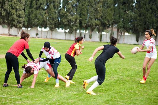 Des joueuses de l'équipe de Sejoum, qui fournit plus de la moitié de la sélection nationale, à l'entraînement sur le terrain de la cité nationale sportive de Tunis.