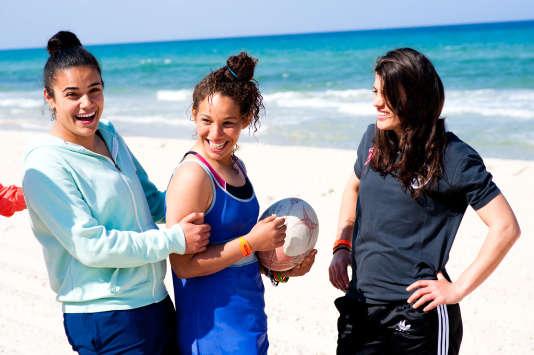 Islem, Oumayma, et Houda trois des joueuses de la sélection nationale, après leur entraînement en club, posent sur la plage de Sousse.