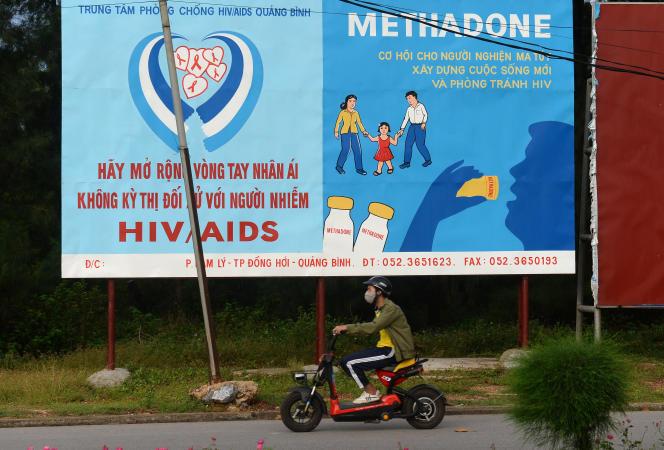 Au Vietnam, une affiche incite les toxicomanes à prendre un substitut aux opiacées, la méthadone, pour éviter les seringues usagées contaminées par le VIH.