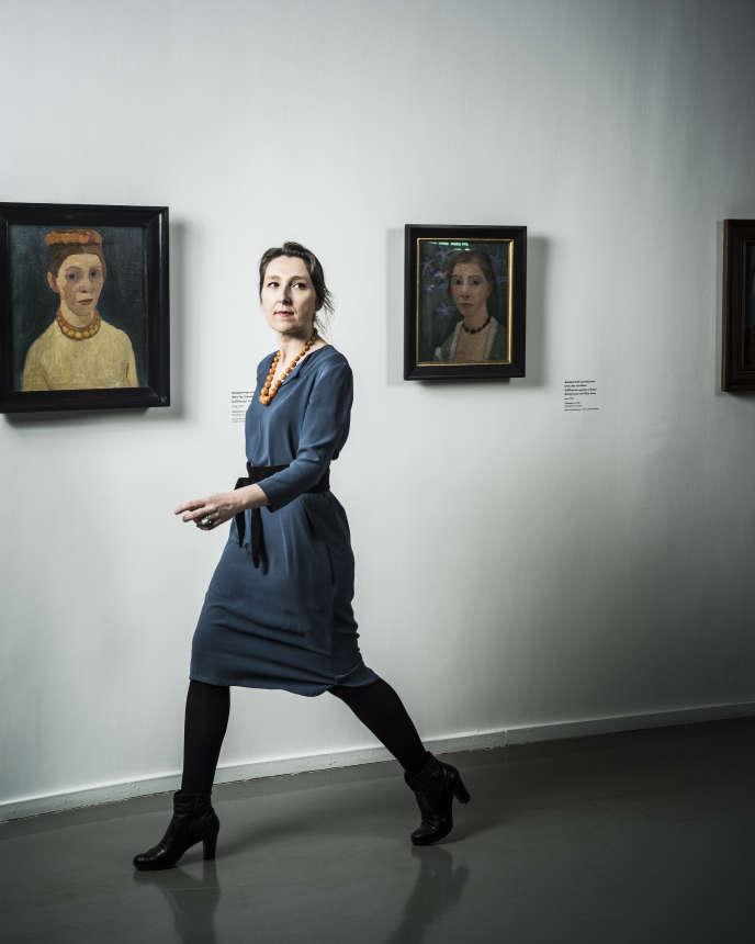 Marie Darrieussecq devant des oeuvres de Paula Modersohn-Becker, à Paris, le 6 avril 2016.
