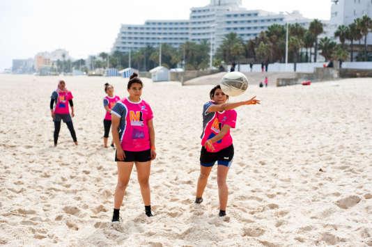 L'équipe féminine de rugby à 7 de Jemmel s'entraîne sur la plage de Sousse.