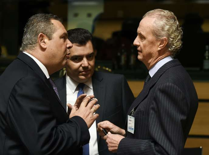 Le ministre Grec de la défense, Panos Kammenos (à gauche), parle avec le ministre de la défense espagnol, Pedro Morenes Eulate (à droite), lors d'une  conférence réunissant les ministres des affaires étrangères et de la défense de l'Union européenne, mardi 19 avril, au Luxembourg.