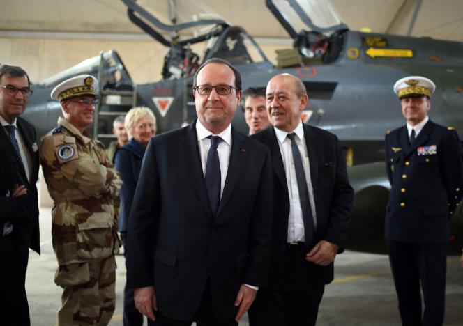 Le président de la République François Hollande et le ministre de la Défense Jean-Yves Le Drian, le 19 avril 2016.