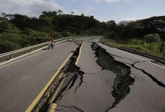 Un motard sur une route détruite par le séismeà Jama, Équateur, le 18 avril 2016.