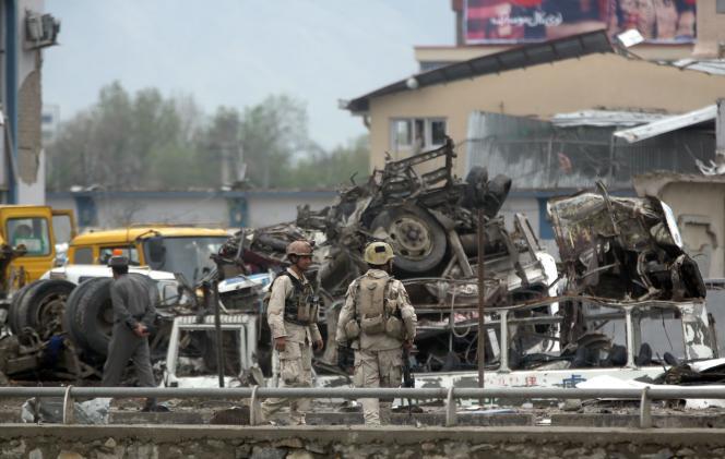 Des forces de sécurité afghanes inspectent le site d'un attentat-suicide revendiqué par les talibans, à Kaboul, le 19avril.