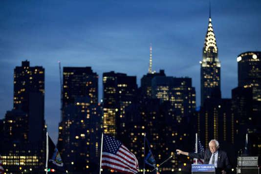 Bernie Sanders en campagne à Hunters Point Park, dans le Queens, lundi 18 avril, avec en toile de fond, le Chrysler Building à Manhattan.