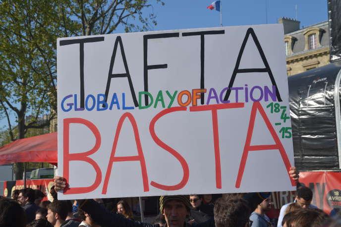 Manifestation contre le traité de libre-échange transatlantique, à Paris, lundi 18 avril.