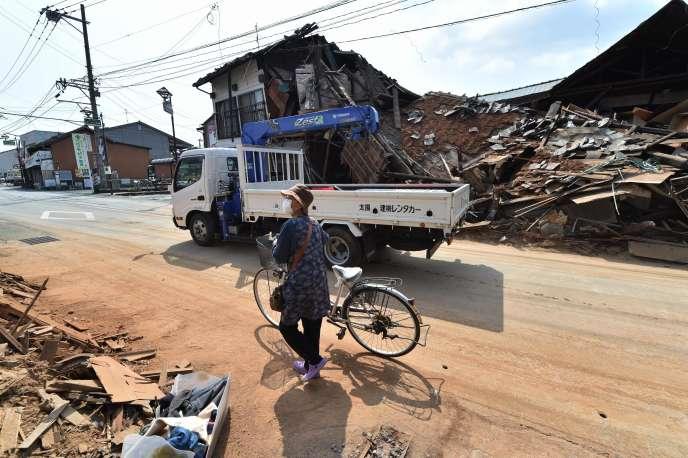Une femme marche dans les rues de Kumamoto, après les tremblements de terre du 14 avril.