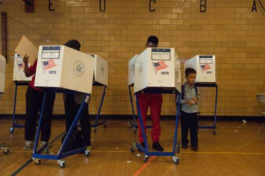 Dans un bureau de vote à Brooklyn, lors de la primaire de l'Etat de New York mardi19avril.
