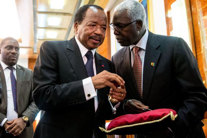 Le président du Cameroun, Paul Biya, ici à Yaoundé en avril 2016 avec deux de ses collaborateurs.