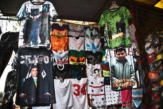"""Des tee-shirts à l'effigie du célèbre narcotrafiquant """"El Chapo"""" vendus sur le marché de Tepito, à Mexico."""