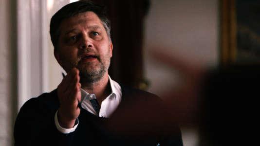 """Johannes Kristjansson , le journaliste islandais qui a enquêté sur les """"Panama papers"""" dans son pays, pendant son interview avec le premier ministre islandais."""