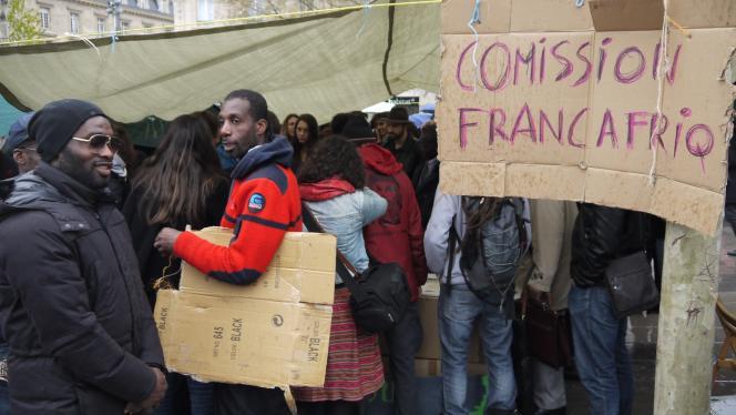 Une tente de fortune pour abriter les débats sur les relations entre la France et ses anciennes colonies, place de la République, à Paris.