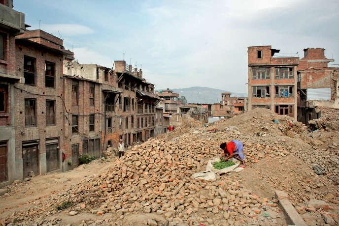 A Bhaktapur, au Népal, le 6 avril 2016. Un an après le séisme, le pays a du mal à se relever.