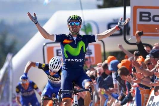 Alejandro Valverde vainqueur au sommet du mur de Huy, le 20 avril 2016. Second, le Français Julian Alaphilippe frappe son guidon de rage.