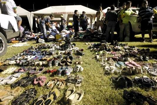 Dans la ville de Pedernales (province de Manabi), les secours répartissent les dons, lundi 18 avril.