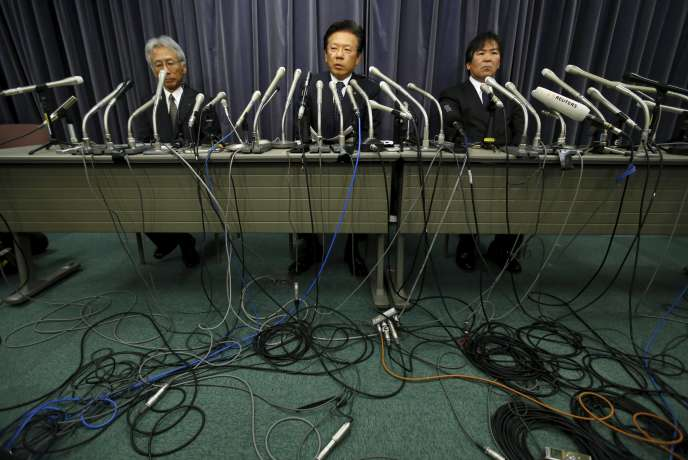 Le président du groupe japonais Mitsubishi Motors, Tetsuro Aikawa –ici au centre mercredi 20 avril– a reconnu des manipulations de tests de consommation de carburant.