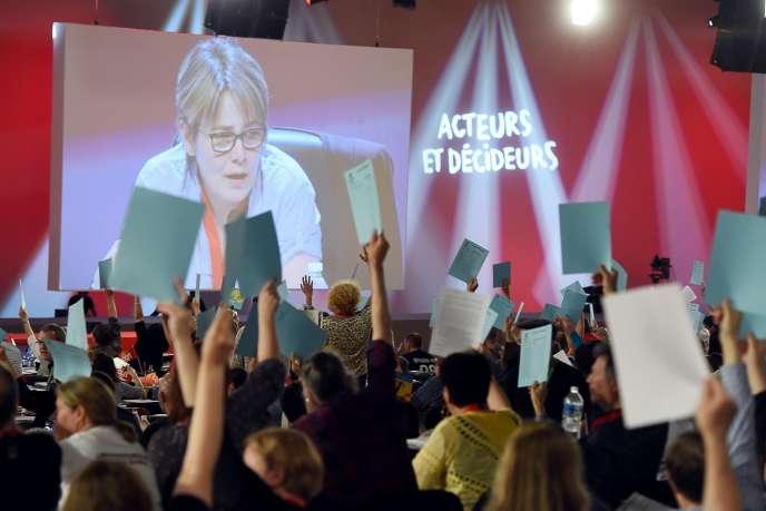 Vote à mains levées lors du congrès de la CGT, à Marseille.