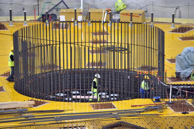 Des ouvriers travaillent sur  le chantier du réacteur Jules Horowitz à Cadarache (Bouche-du-Rhône) sur le site du Commissariat à l'Energie Atomique, en 2010