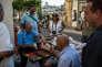 """Des retraités jouent au tavli en attendant les clients devant leur stand d'objets d'occasion, à Athènes, en juillet 2013. """"Depuis la crise on a le temps"""", explique l'un d'eux."""