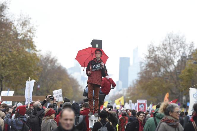 Un militant écologiste, lors d'une manifestation près de l'Arc de Triomphe, à Paris, le 12 Décembre 2015.