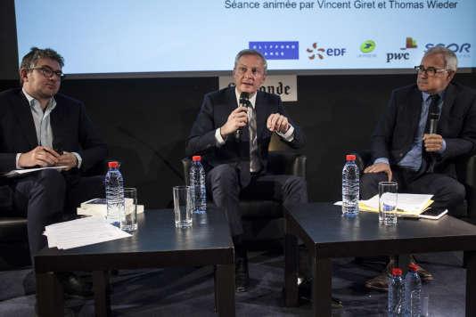 Bruno Le Maire, entre Thomas Wieder (à gauche) et Vincent Giret (à droite).