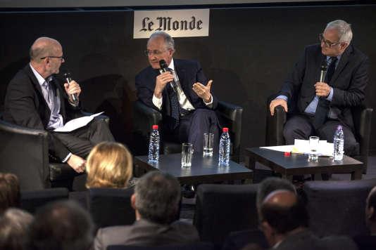 """Le PDG du groupe La Poste (au centre), Philippe Wahl, invité du Club de l'économie-Le Monde, mardi 19 avril, entre Philippe Escande (à gauche) et Vincent Giret (à droite) du """"Monde""""."""